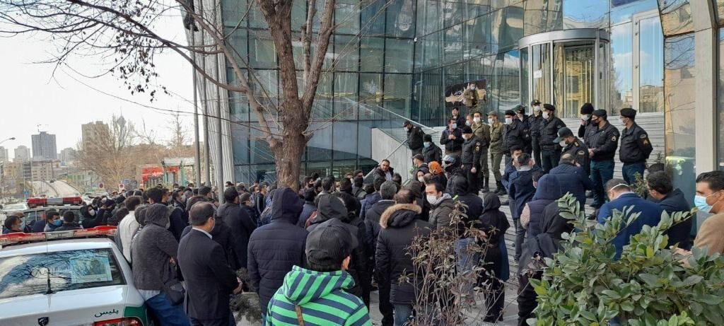 اعتراض خیابانی به وضع بورس | بازتاب اخبار سیاسی در بازار سهام