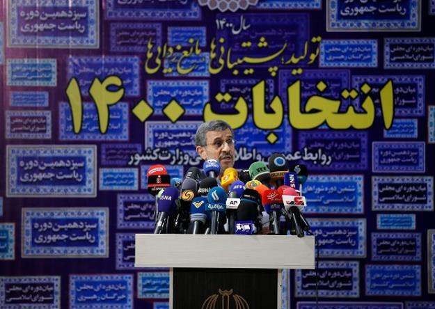 محمود احمدی نژاد، رئیس دولت های نهم و دهم، داوطلب انتخابات سیزدهمین دوره ریاست جمهوری شد.